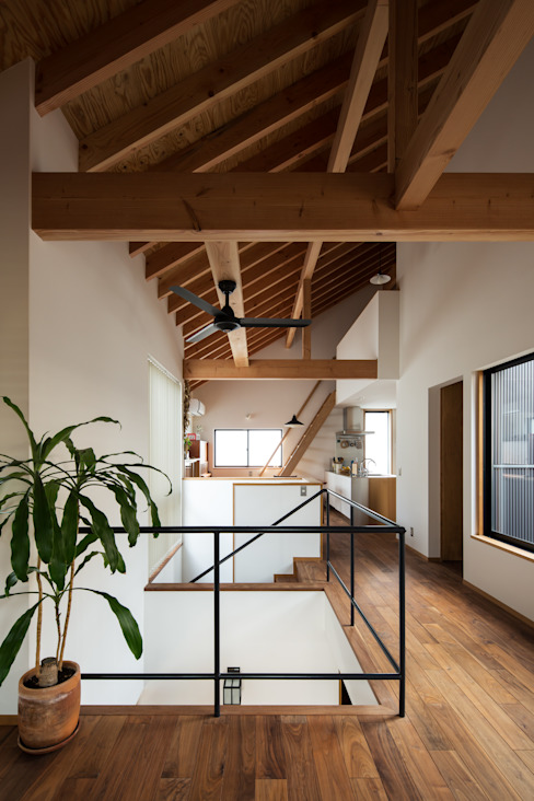 リビングからダイニング方向を見る: 藤森大作建築設計事務所が手掛けたリビングです。