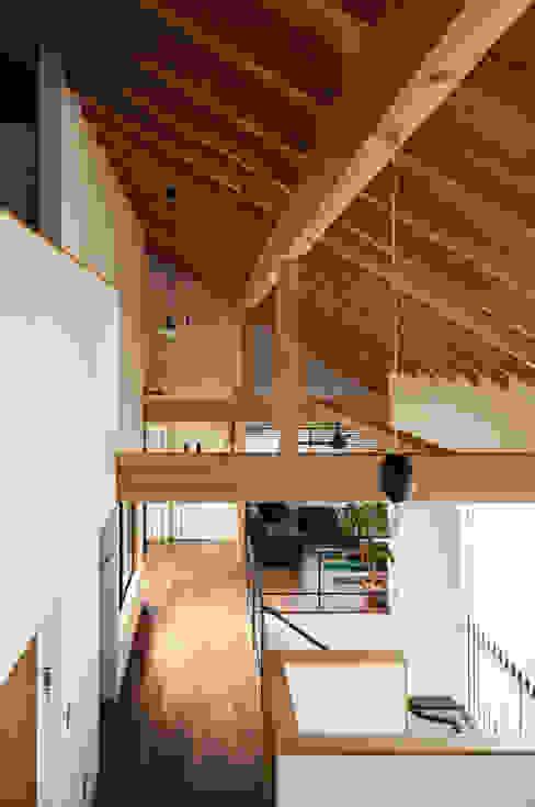 ロフト階段からリビング方向を見る モダンデザインの リビング の 藤森大作建築設計事務所 モダン