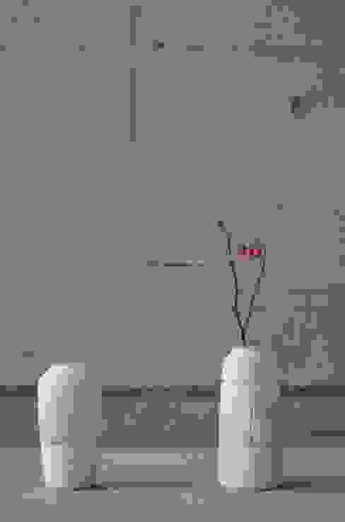 使い込まれた型の花器: Yusuke Hatakeyamaが手掛けた折衷的なです。,オリジナル 陶器