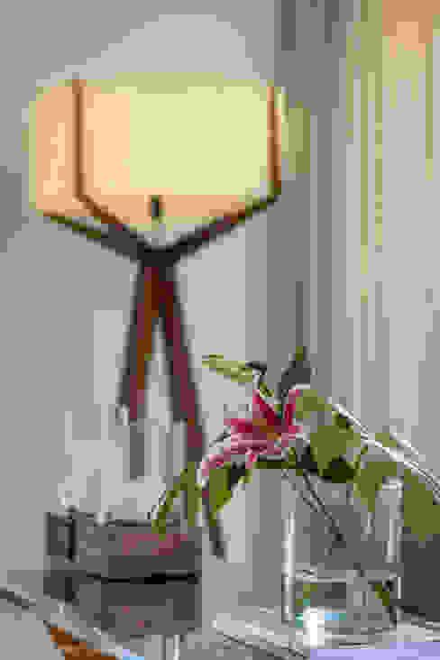 Detalhe do decor Salas de estar modernas por Adriana Leal Interiores Moderno Madeira Efeito de madeira