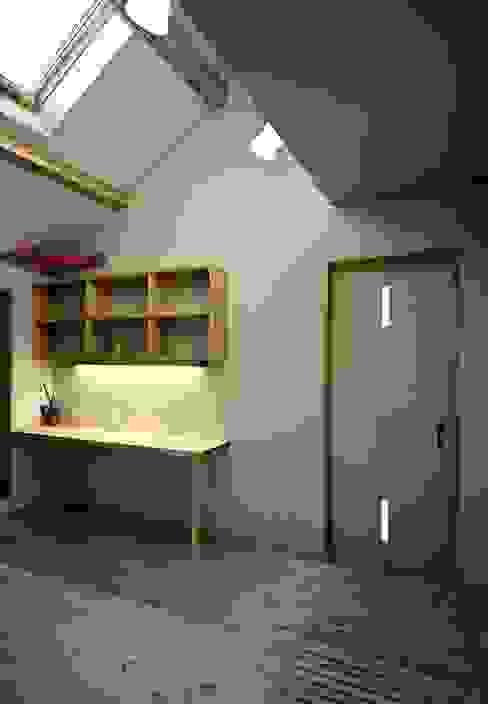 2階フリースペース モダンデザインの 多目的室 の 小栗建築設計室 モダン