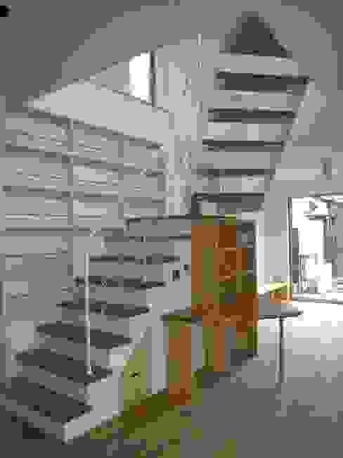Коридор, прихожая и лестница в модерн стиле от 株式会社 atelier waon Модерн