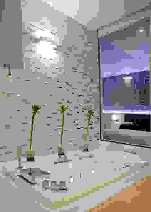 Bagno moderno di SENZA ESPACIOS Moderno