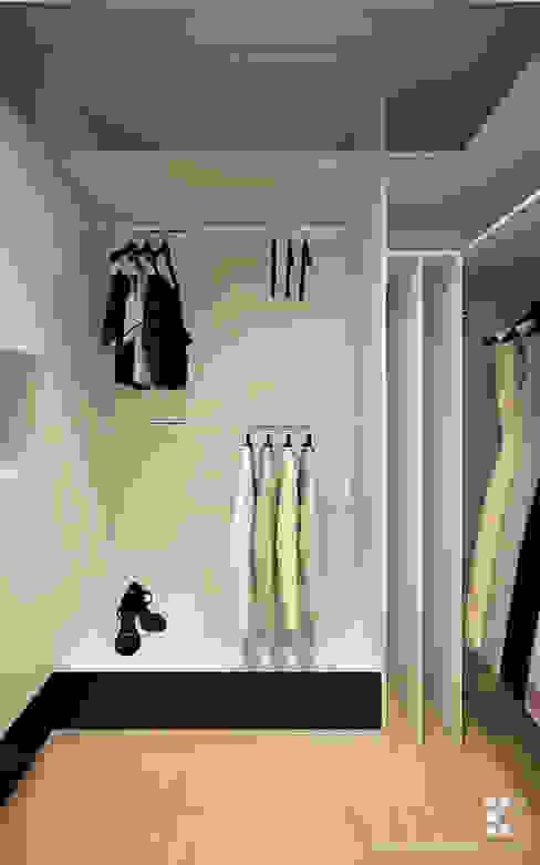 Dressing room by Klaudia Tworo Projektowanie Wnętrz Sp. z o.o.,