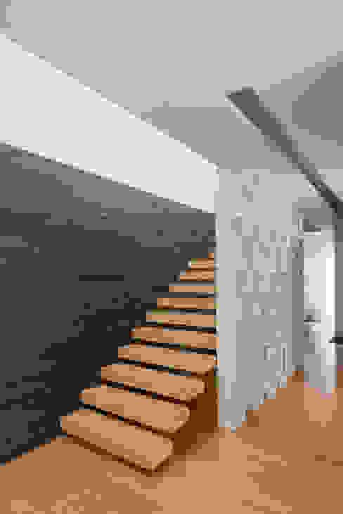 Minimalistische gangen, hallen & trappenhuizen van homify Minimalistisch Hout Hout