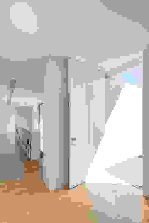 Minimalistische gangen, hallen & trappenhuizen van homify Minimalistisch