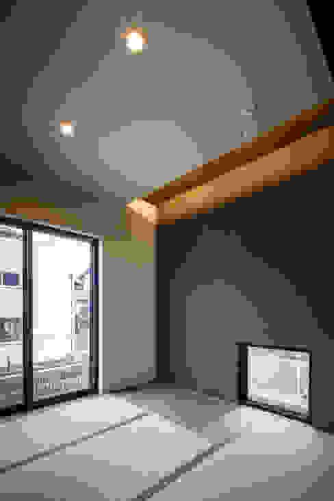 Eklektyczny pokój multimedialny od Studio REI 一級建築士事務所 Eklektyczny