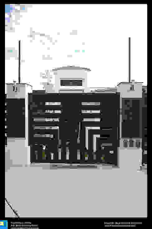 puerta exterior de ingreso Excelencia en Diseño Casas modernas Hierro/Acero Gris