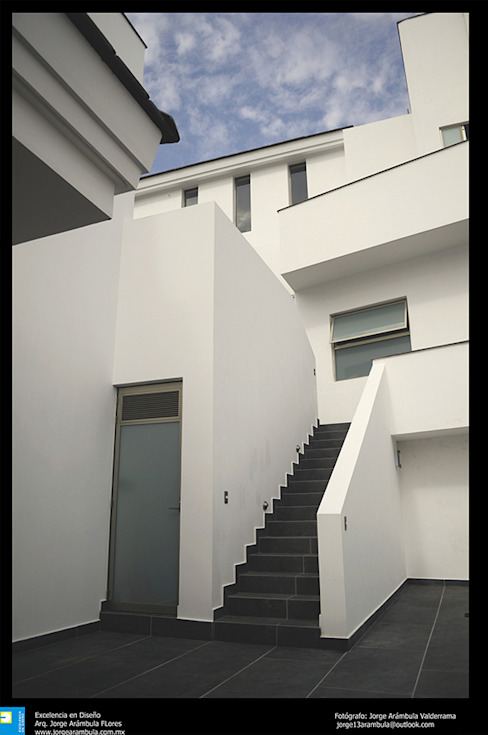 Ingresso, Corridoio & Scale in stile moderno di Excelencia en Diseño Moderno Cemento armato