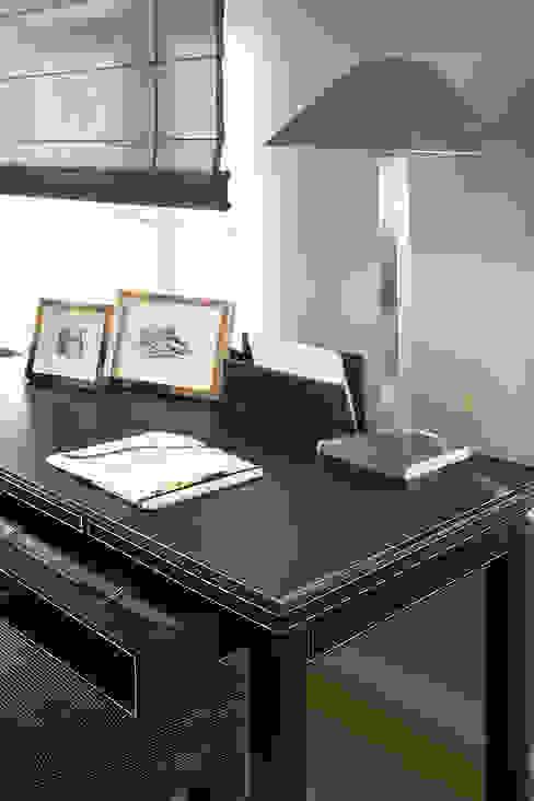 Elegancki gabinet: styl , w kategorii Domowe biuro i gabinet zaprojektowany przez Intelidom Group Sp. z o.o.