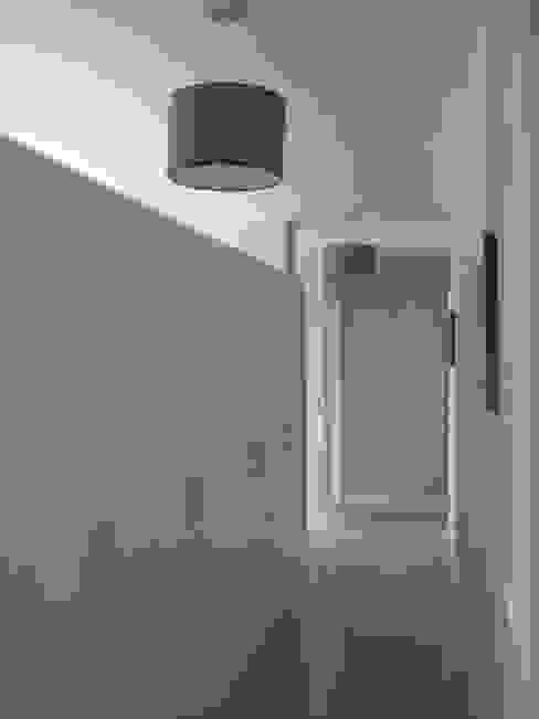 Distribuidor incluido en el espacio central Pasillos, vestíbulos y escaleras de estilo moderno de MIGUEL VARELA DE UGARTE, ARQUITECTO Moderno