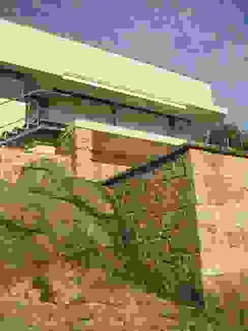 Secuencia de aterrazamientos, piedra natural, mampostería, cerámica Balcones y terrazas de estilo moderno de MIGUEL VARELA DE UGARTE, ARQUITECTO Moderno