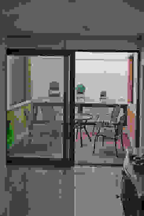 Courtyard Jardins mediterrâneos por Alberto Millán Arquitecto Mediterrâneo Vidro