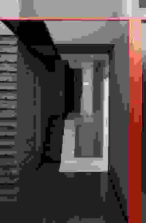 Colori che definiscono percorsi Ingresso, Corridoio & Scale in stile minimalista di FAUSTO DI ROCCO ARCHITETTO Minimalista