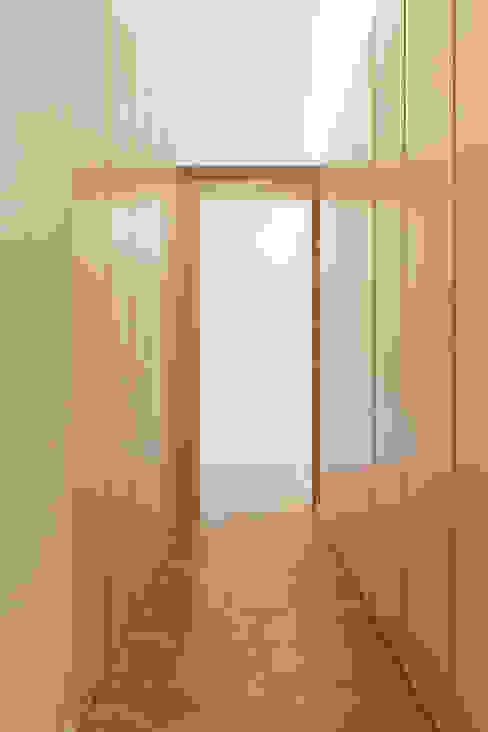 Pasillos, vestíbulos y escaleras modernos de atelier Rua - Arquitectos Moderno