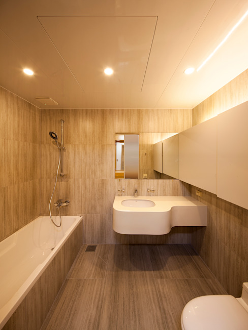 자작나무 ㄱ집 / Birch House: 수상건축의  욕실,미니멀