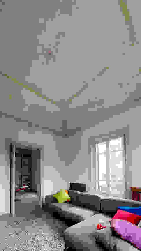 il soggiorno e gli affreschi liberty sul soffitto Soggiorno classico di Studio Associato 3813 Classico