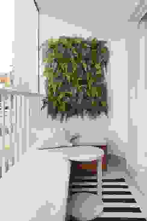 TUCURIVI | DECORADOS Varandas, alpendres e terraços minimalistas por SESSO & DALANEZI Minimalista