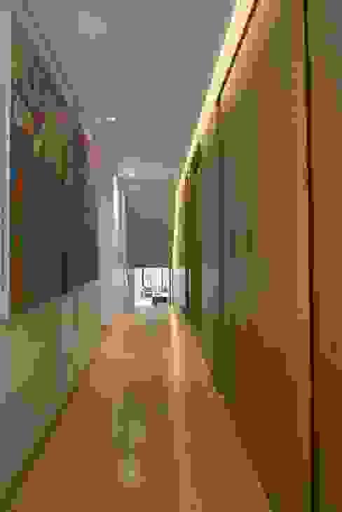 Apto PA2: Pasillos y vestíbulos de estilo  por AMR ARQUITECTOS, Moderno