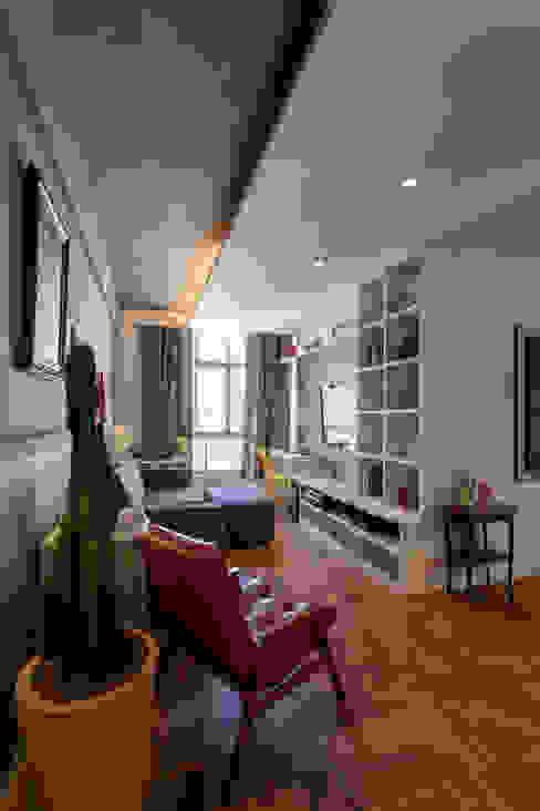 现代客厅設計點子、靈感 & 圖片 根據 Tria Arquitetura 現代風