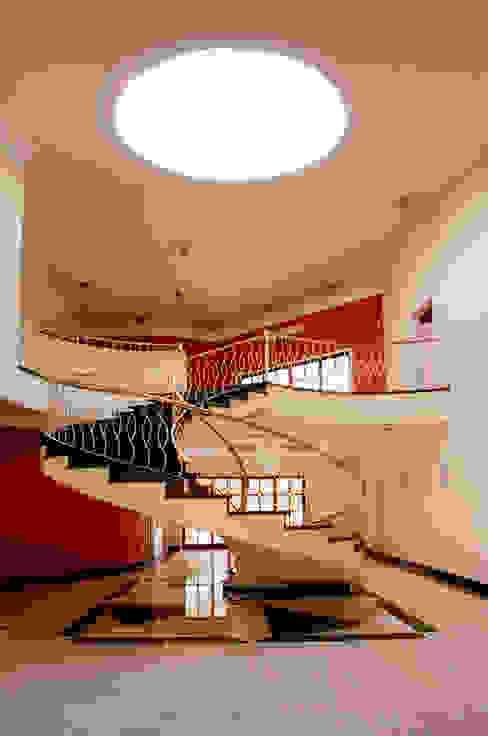Коридор, прихожая и лестница в классическом стиле от Luciano Esteves Arquitetura e Design Классический