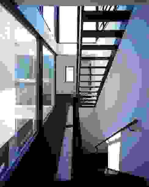 Коридор, прихожая и лестница в модерн стиле от 有限会社アルキプラス建築事務所 Модерн Железо / Сталь