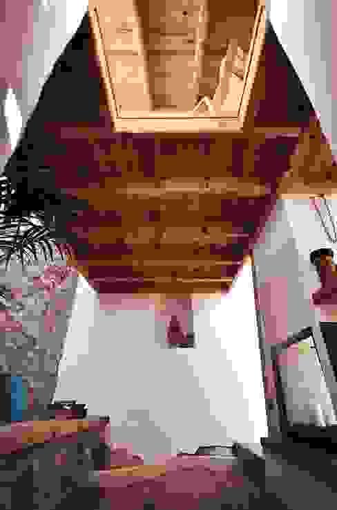 Pasillos y recibidores de estilo  por pedro quintela studio , Rústico Piedra