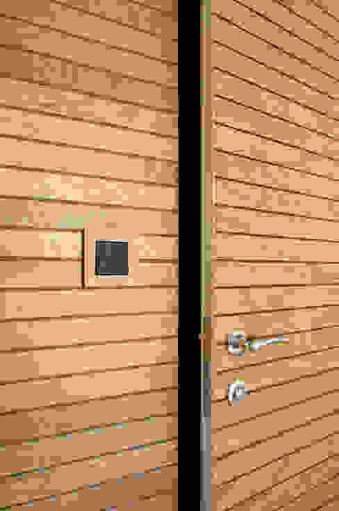 Drzwi zlicowane z fakturą ściany od ZAWICKA-ID Projektowanie wnętrz Nowoczesny