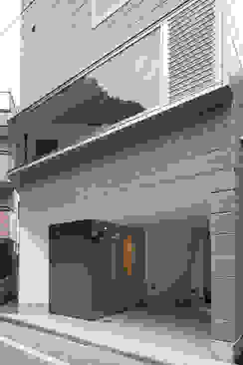 エントランス: 有限会社角倉剛建築設計事務所が手掛けた廊下 & 玄関です。,モダン