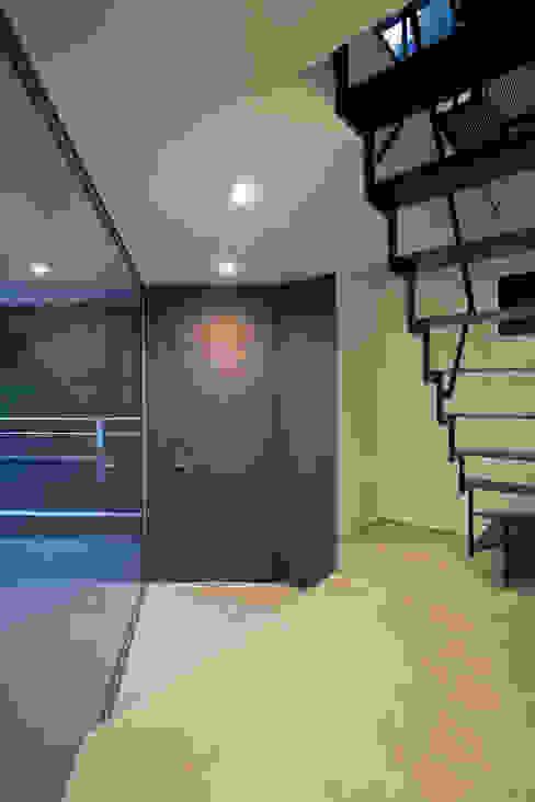 玄関: 有限会社角倉剛建築設計事務所が手掛けた廊下 & 玄関です。,モダン