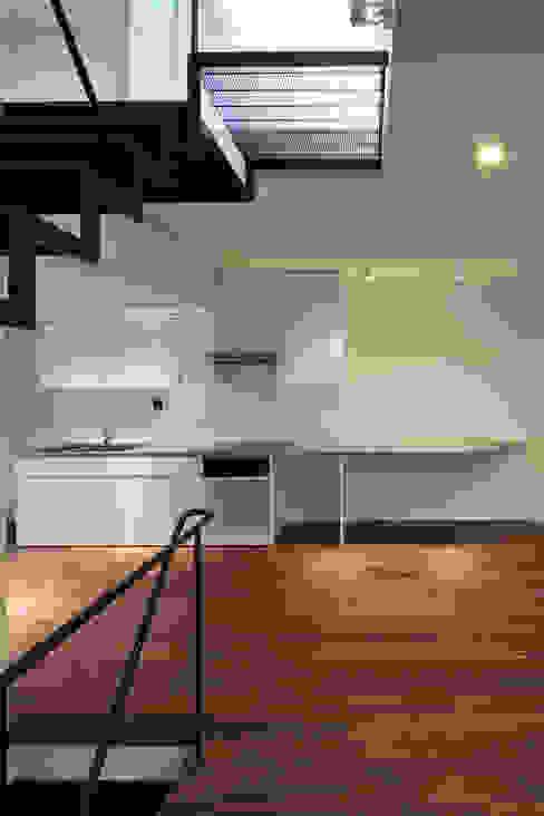 キッチン: 有限会社角倉剛建築設計事務所が手掛けたキッチンです。,モダン