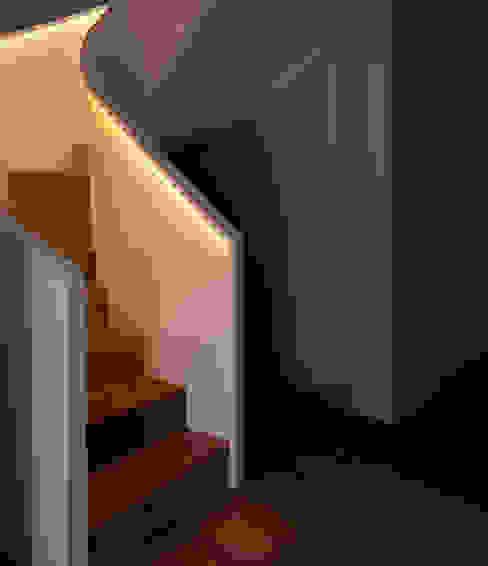 Dúplex de Ensueño Pasillos, vestíbulos y escaleras de estilo moderno de Sanchez y Delgado Moderno