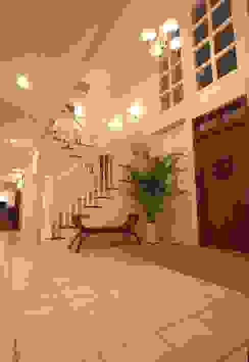 Modern corridor, hallway & stairs by SANKAIDO | 株式会社 参會堂 Modern
