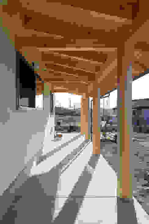 Balcones y terrazas de estilo ecléctico de 大森建築設計室 Ecléctico Madera Acabado en madera
