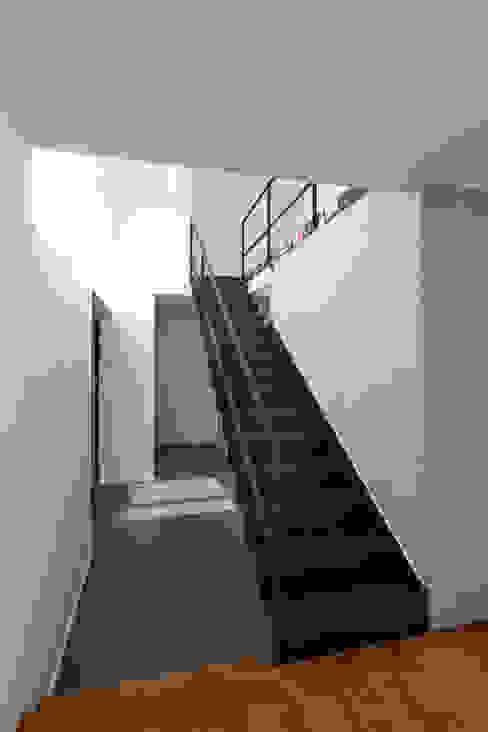 Коридор, прихожая и лестница в модерн стиле от homify Модерн