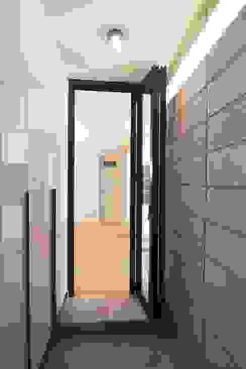 Light&Salt Design Modern corridor, hallway & stairs