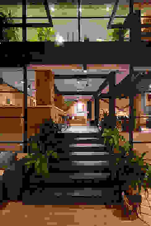 Showroom: Pasillos y vestíbulos de estilo  por The Blue House, Moderno