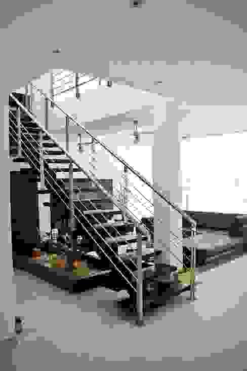Pasillos, vestíbulos y escaleras modernos de MORAND ARQUITECTURA Moderno