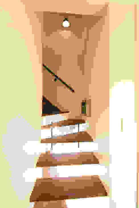 สไตล์ผสมผสาน ทางเดินห้องโถงและบันได โดย 株式会社スタジオ・チッタ Studio Citta ผสมผสาน