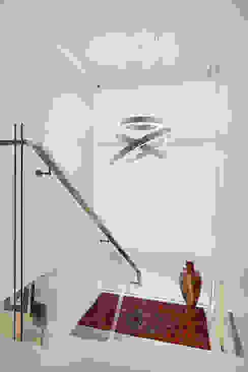 Eclectische gangen, hallen & trappenhuizen van ANDRÉ PACHECO ARQUITETURA Eclectisch
