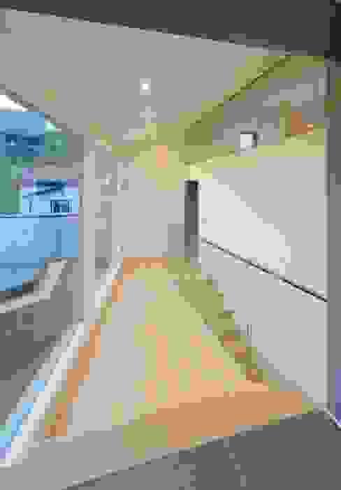 Modern corridor, hallway & stairs by 'Snow AIDe Modern