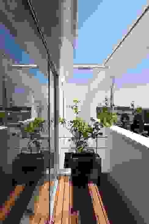 Scandinavian style balcony, porch & terrace by アトリエ スピノザ Scandinavian