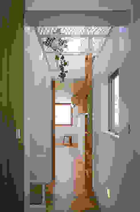 白金の家 アトリエ スピノザ 北欧スタイルの 玄関&廊下&階段