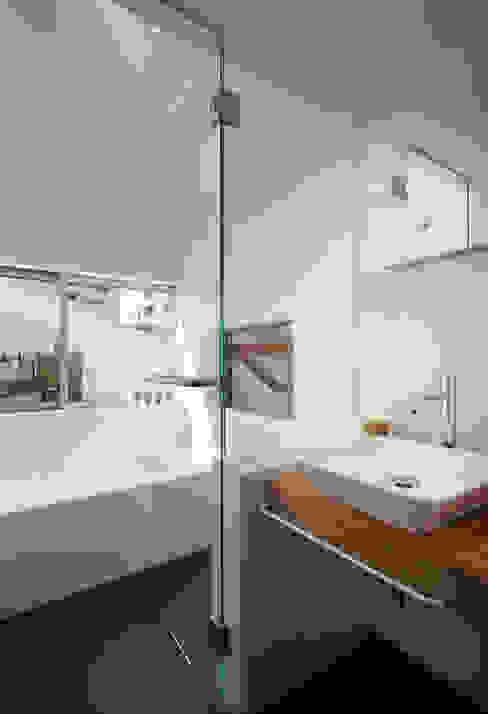 白金の家 モダンスタイルの お風呂 の アトリエ スピノザ モダン