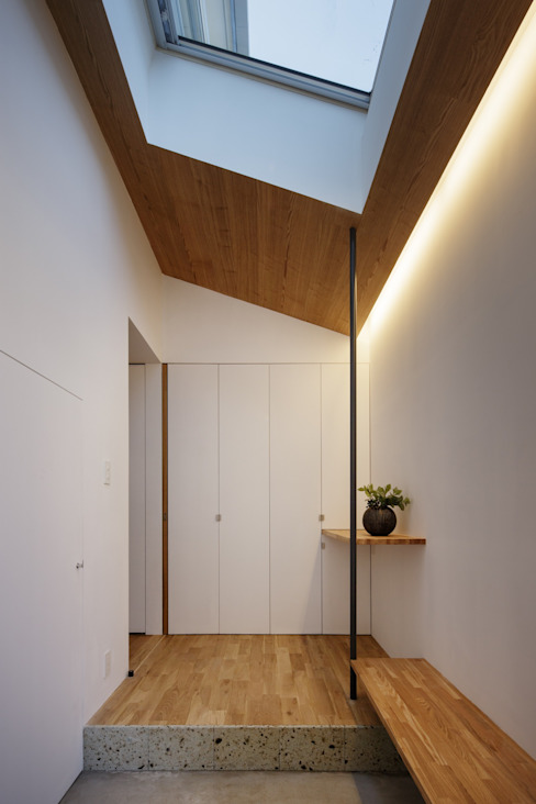 Scandinavian style corridor, hallway& stairs by アトリエ スピノザ Scandinavian