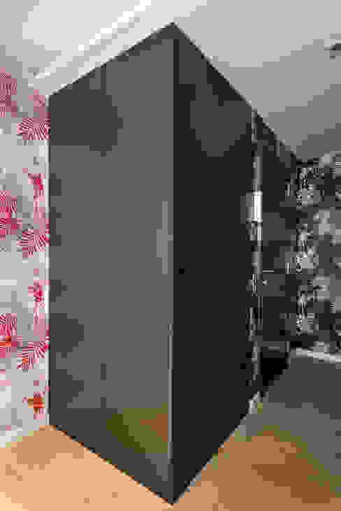 Armario almacenamiento   Standal Pasillos, vestíbulos y escaleras modernos de homify Moderno