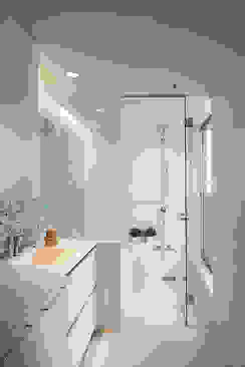 Salle de bains de style  par アトリエ スピノザ, Minimaliste
