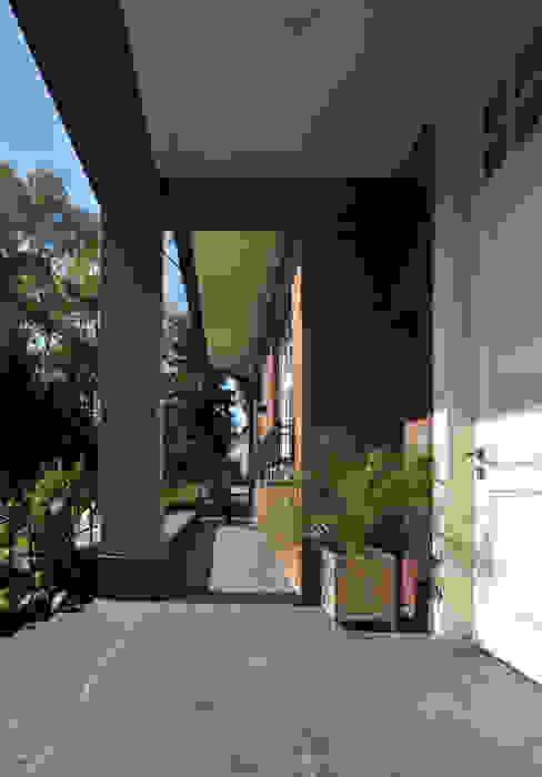 House in Darmstadt Balcon, Veranda & Terrasse classiques par Petr Kozeykin Designs LLC, 'PS Pierreswatch' Classique