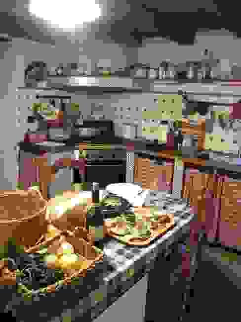 Projekty,  Kuchnia zaprojektowane przez Gottardo Lavarello Associati, Rustykalny