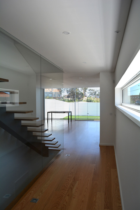 Modern Corridor, Hallway and Staircase by PeC Arquitectos Modern
